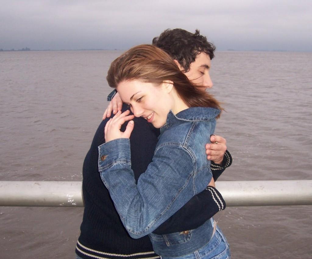 Abrazo tierno de chicos - Abrazos no profesionales